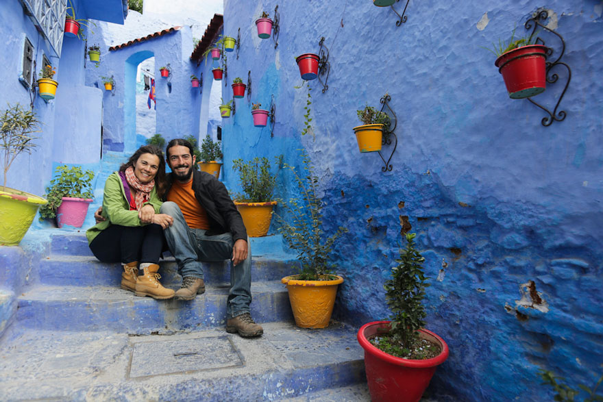 Jorge and Anabel sitting in Chefchaouen
